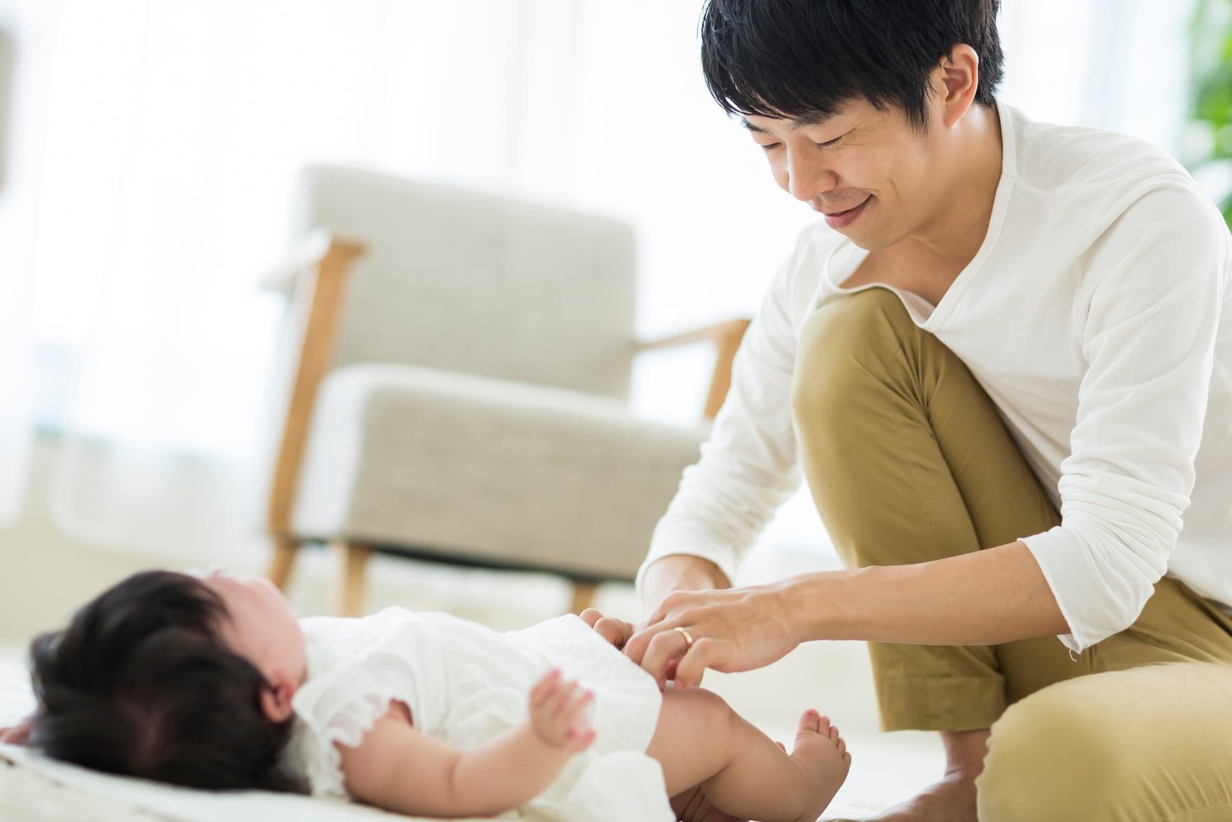 父親 パパ ママ 育児 赤ちゃん おむつ交換