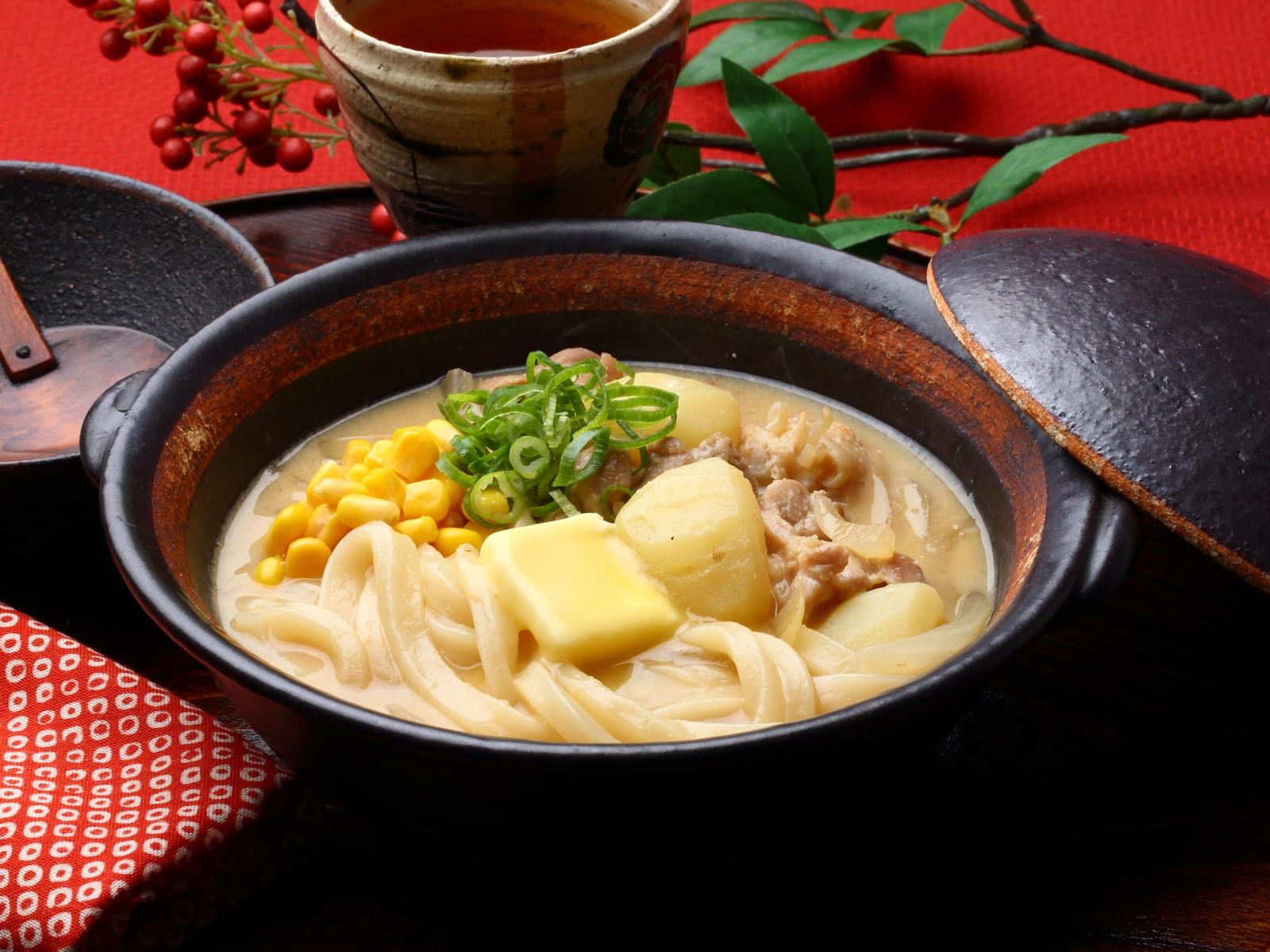 【冷凍うどんレシピ】あったかスープで温まる……じゃがバタ味噌うどん鍋