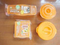 100円ショップ・ダイソーで購入した電子レンジ調理器具。左上が電子レンジでパスタ用、右上が炊飯用、左下が温野菜用、右下が袋ラーメン用