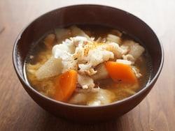 『レンジでラーメン』を使えば、豚汁も電子レンジひとつで作れます。味噌汁だけでなく、スープにも応用可能。これで鍋いらず