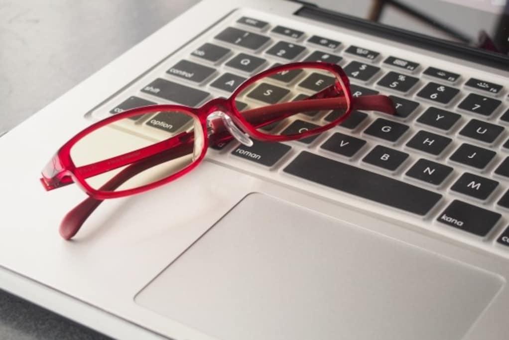 パソコン仕事中のすべての働き女子へ、PC用メガネの選び方