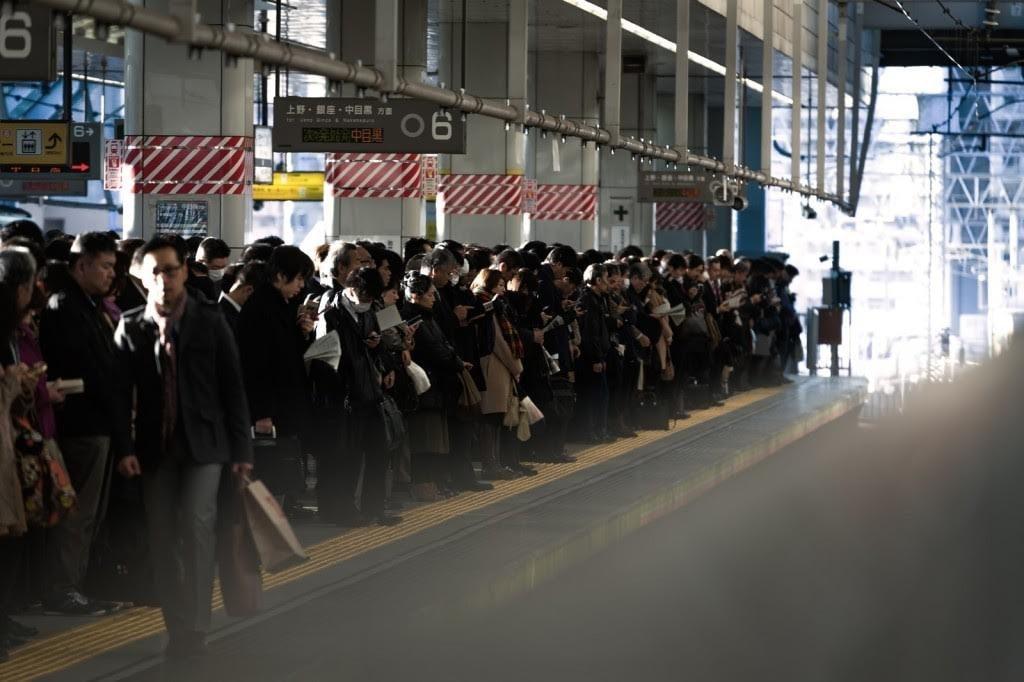 【ビジネス女子マナーQ&A】通勤にダウンコートはNGって本当ですか?