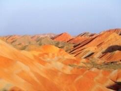 赤く輝く山肌の絶景!中国の丹霞地貌が異次元