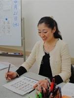 「文字を書くのがコンプレックスだった生徒さんが、いつのまにか特技に変わっているのを見るとすごいなって思いますよ」と笑顔で語る日比生優子先生です