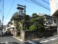 通りから少し入ったところにある旅館鳳明館。この周辺には他にも歴史を感じる日本家屋が点在している