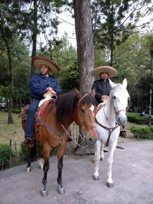 メキシコシティ、アラメダ公園を警備する警察官たちはチャロ(牧童)スタイル