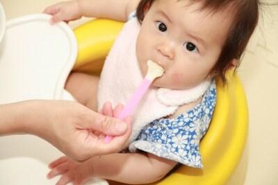 はじめは生後5~6ヶ月頃スプーン1さじから始めて