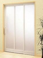 扉2枚分の開口部を確保できるので、ゆったりと浴室への出入りができる3枚引き戸。[BF浴室3枚引戸]
