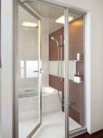 ドアだけでなく、袖部分にもガラスを用いて、開放的な浴室に。[スパージュ]