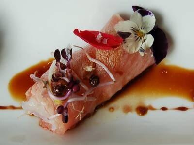 帆立のタルタルを海老のカルパッチョで巻いた料理