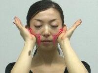口角や頬の位置をグッと持ち上げる!