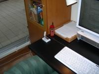 PCデスク横がにある窓下の枠上にある白いモノが、ウインドーラジエーター。窓に近い左手の冷たさが軽減されました!