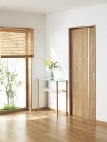 部屋の内と外の壁がすっきりと収まるので、壁を有効利用できる引き込み戸。[ベリティスundefined内装ドア戸袋、引込みundefinedオーク柄]