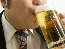 お酒の飲みすぎで腰痛に!飲酒が原因の膵臓の病気