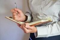筆記など通常は簡単にできる動作でも手や腕に不快感を伴う場合があります