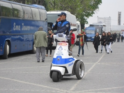 スルタンアフメット地区をパトロールする警察官
