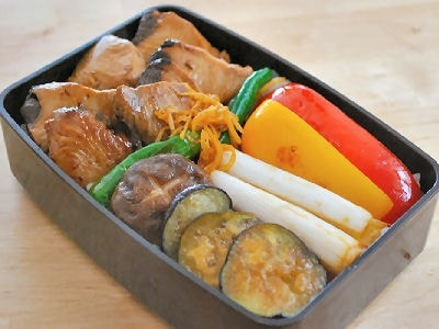 残り物の刺身で簡単!かつおと野菜の焼きびたし弁当