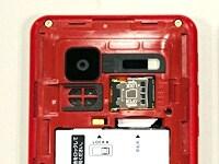 ほとんどの場合、microSDカードは裏蓋を外したところにある。バッテリーを外さないと見つけられないこともある