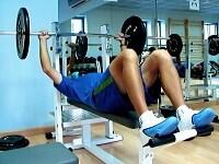 たくましい胸板と二の腕を作れるベンチプレスは、単独の競技会まで開かれるほど大人気の種目だ