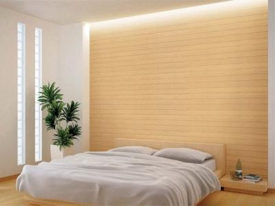 表面に薄い天然木を張りつけた壁材。窓の無い壁面だけに張れば、工事はとても簡単(スコーリングデラックス/大建工業)
