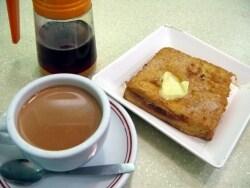 香港式のミルクティーとフレンチトースト