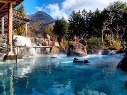 由布院の珍しい青い温泉!「庄屋の館」