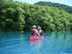 静かな田沢湖の上でカヤックを楽しむツアー