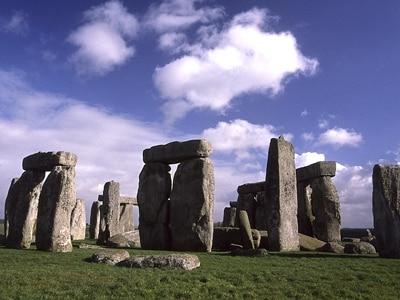 ストーンヘンジ。直立している石がサーセン・ストーン、手前にある小さな石がブルー・ストーンだが、その多くが持ち去られてしまった©牧哲雄