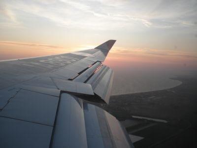 夕方にイタリアに到着する成田ーローマ直行便。到着前には、ローマ空港そばの海岸が見える