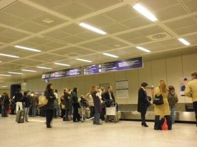 イタリアの空港は日本と異なり、預けた荷物が出てくるのものんびり。ギリギリの予定を立てないのもイタリア旅行のコツのひとつ。