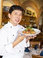 アジアとハワイの味と文化をミックスした創作料理で有名なチャイ氏