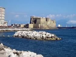 サンタルチアの海に浮く美しき「卵城」/ナポリ