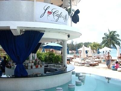 プールに入りながらトロピカルカクテルを味わうセントーサ島の休日は最高!