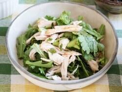 大満足なおかずサラダ!鶏胸肉と春菊のピリ辛サラダ