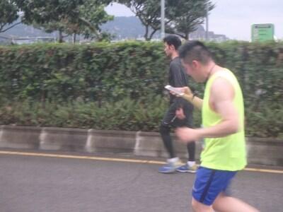 スマホを見ながら走る人