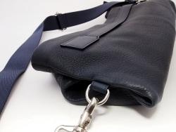 柔らかい革のショルダーバッグは普段使い最強だ