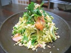 パクチーたっぷり!塩鮭とキャベツのタイ風サラダ