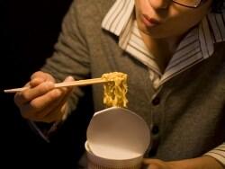 遅めの夕食・夜食が常態化! とても危険な夜食症候群