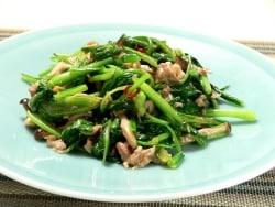 おいしすぎる夏バテ対策レシピ!小松菜のニンニク炒め