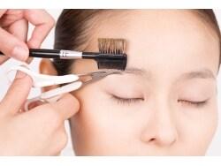 剃ると太くなる?眉毛とすね毛の正しいムダ毛処理術