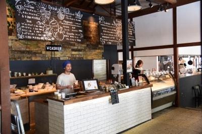 資料館に隣接する『ROCKSIDEMARKET』では軽食やジェラートなどが販売されており、店内での飲食も可能