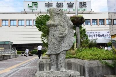 JR宇都宮駅西口に設置されている「餃子像」も大谷石でできている