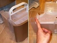 左)ハンドル付きの排水タンク。右)端の凸部分のフタから水が捨てられる