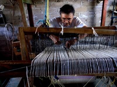 羊毛織物の産地、イダルゴ州の機織り職人。