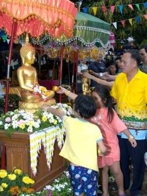 寺院では伝統的な水掛け儀式が行われている
