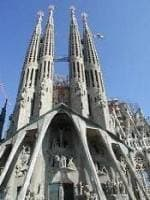 サグラダファミリアの塔は青い空に届きそう。