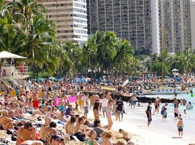 お盆や年末年始はワイキキビーチも大混雑