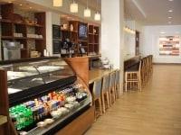 ホテル内にレストランは置かず、カウンターサービスのカフェをオープン