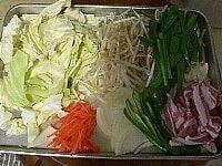 野菜と豚肉を切る