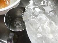 卵、醤油、冷水を加えて混ぜる